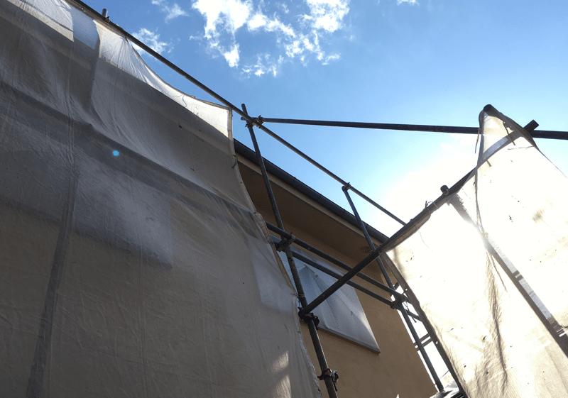 青空と塗装足場