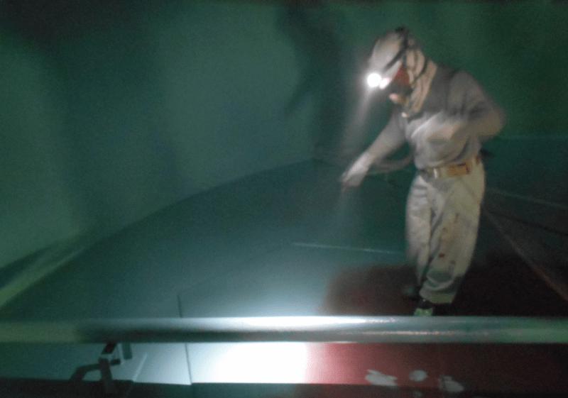 ライニング塗装する職人