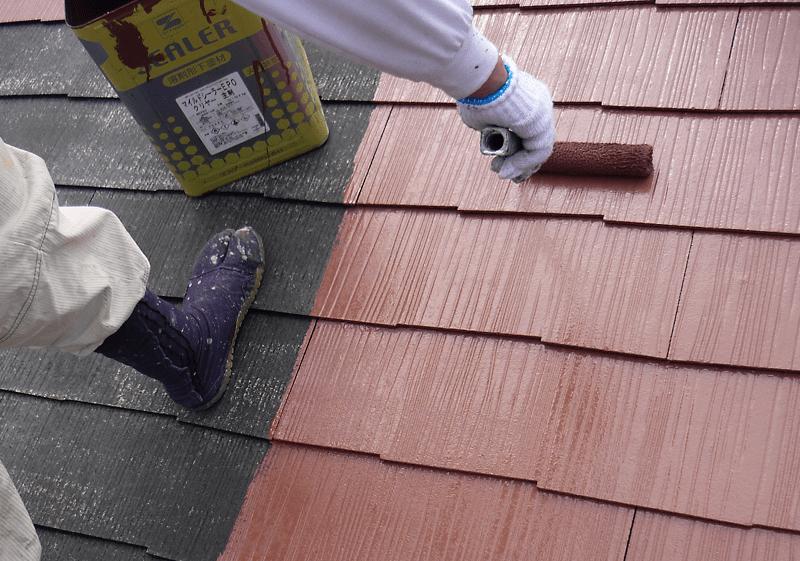 屋根を塗る職人